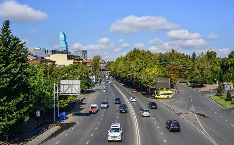 Os carros correm na rua em Tbilisi, Ge?rgia fotografia de stock