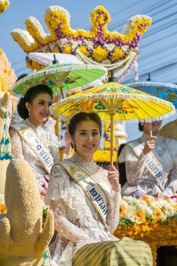 Os carros da parada são decorados com muitos tipos diferentes das flores durante o aniversário Chiang Mai Flower Festival a abert fotos de stock royalty free
