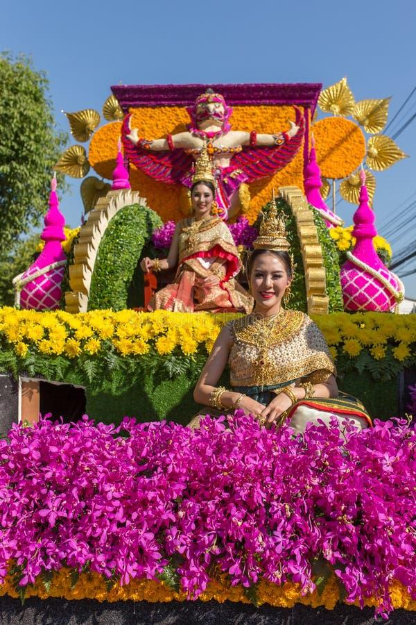 Os carros da parada são decorados com muitos tipos diferentes das flores durante o aniversário Chiang Mai Flower Festival a abert fotografia de stock royalty free