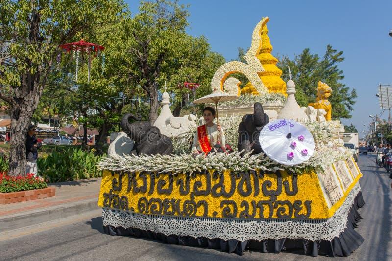 Os carros da parada são decorados com muitos tipos diferentes das flores durante o aniversário Chiang Mai Flower Festival a abert fotografia de stock