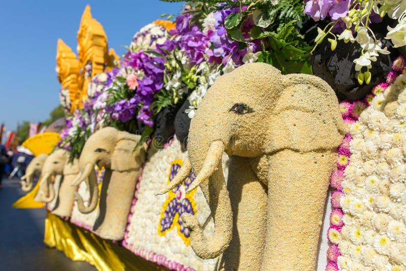 Os carros da parada são decorados com muitos tipos diferentes das flores durante o aniversário Chiang Mai Flower Festival a abert foto de stock