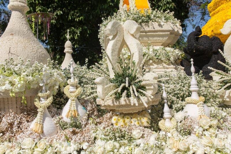 Os carros da parada são decorados com muitos tipos diferentes das flores durante o aniversário Chiang Mai Flower Festival a abert fotos de stock