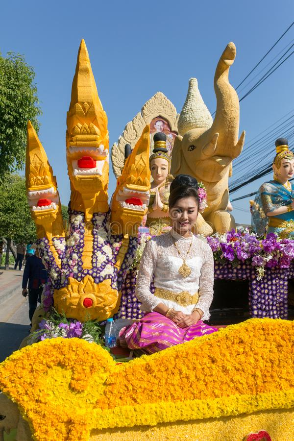 Os carros da parada são decorados com muitos tipos diferentes das flores durante o aniversário Chiang Mai Flower Festival foto de stock