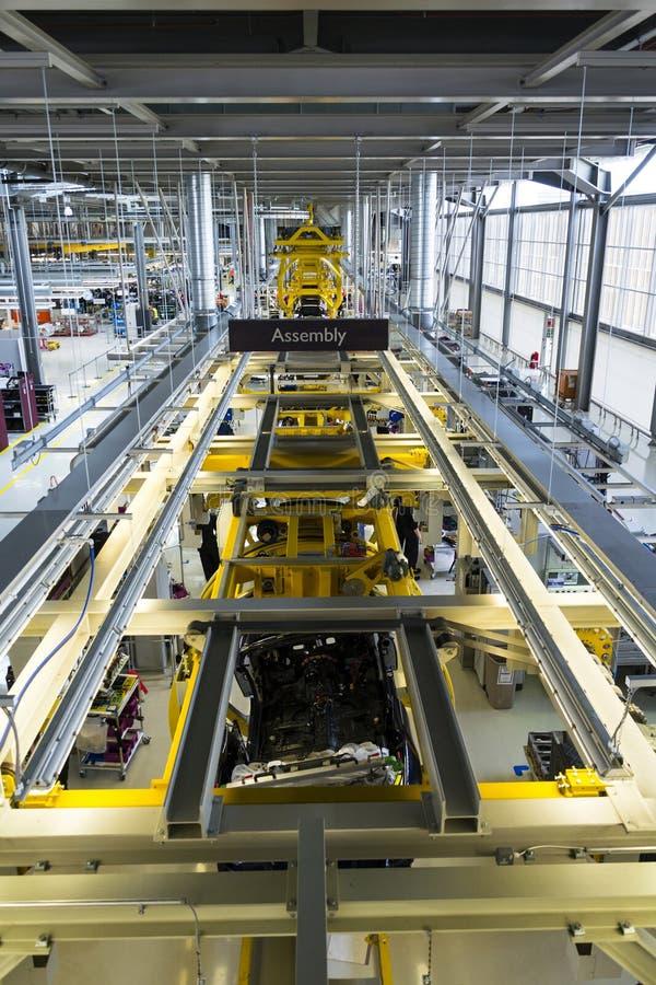 Os carros de Rolls royce estão na linha de produção na fábrica de Goodwood foto de stock