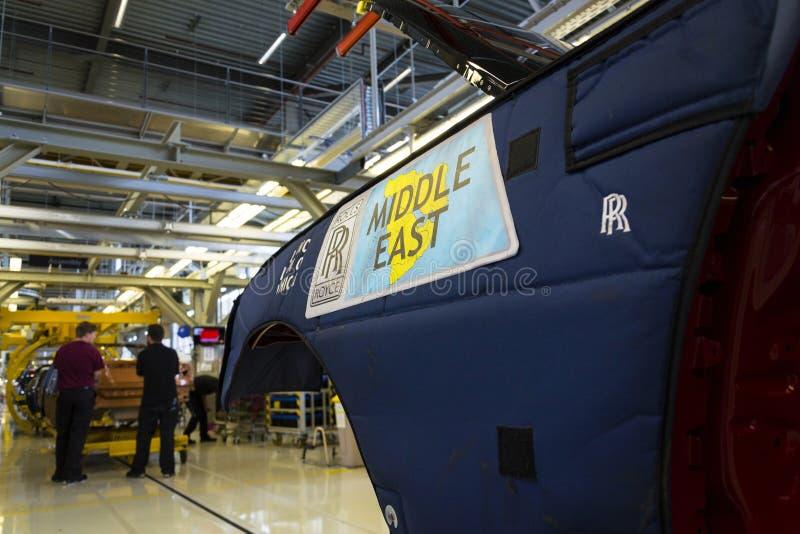Os carros de Rolls royce estão na linha de produção na fábrica de Goodwood imagens de stock royalty free