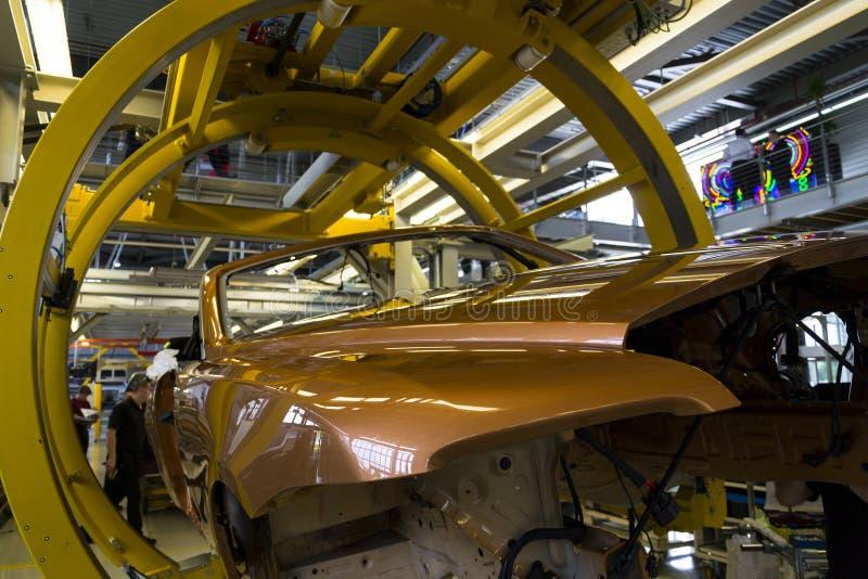 Os carros de Rolls royce estão na linha de produção na fábrica de Goodwood fotos de stock