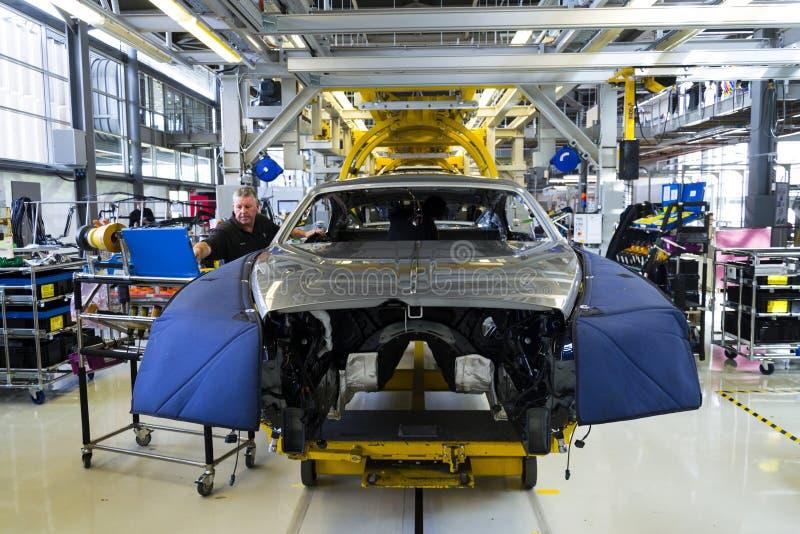 Os carros de Rolls royce estão na linha de produção na fábrica de Goodwood fotografia de stock