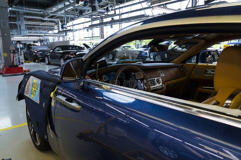 Os carros de Rolls royce estão na linha de produção na fábrica de Goodwood imagens de stock