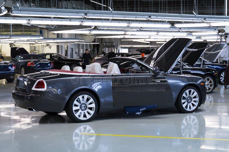 Os carros de Rolls royce estão na linha de produção na fábrica de Goodwood imagem de stock