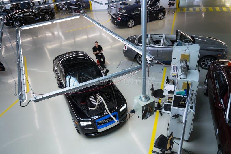 Os carros de Rolls royce estão na linha de produção na fábrica de Goodwood fotos de stock royalty free
