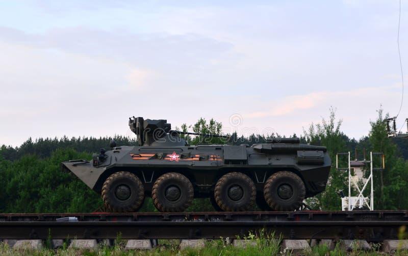 Os carros de trilho com o equipamento 300 e e 20 militar das tropas do russo chegaram em Minsk fotos de stock royalty free
