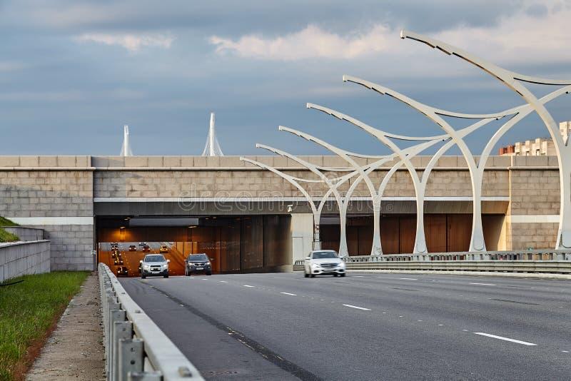 Os carros deixam o túnel na via expressa em St Petersburg imagens de stock