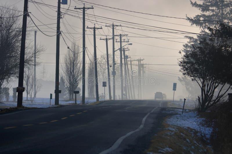 Os carros desaparecem em uma névoa grossa foto de stock royalty free