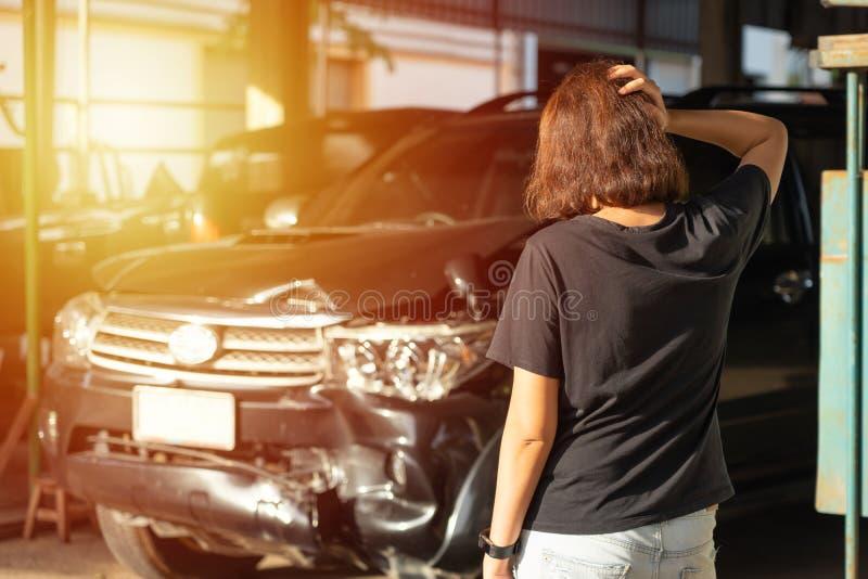 Os carros dividem de experimentar acidentes de viação Reparo de espera para executar a manutenção, retorno à condução original da fotografia de stock