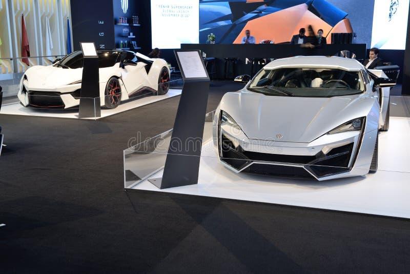 Os carros do hypersport de WMotors Lykan e de Fenyr estão na exposição automóvel 2017 de Dubai fotos de stock