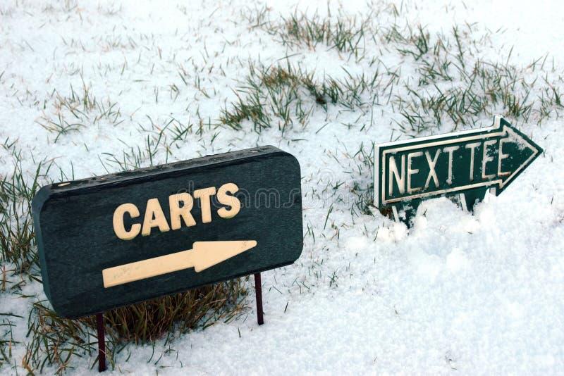 Os carros e o T seguinte assinam em um campo de golfe da neve fotos de stock royalty free