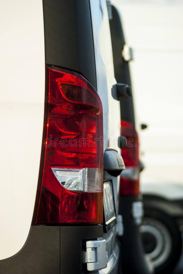 Os carros em série para a cauda vermelha da venda iluminam o amortecedor da bagageira e o util fotografia de stock royalty free