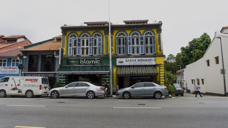 Os carros estacionam na frente do restaurante islâmico fotografia de stock