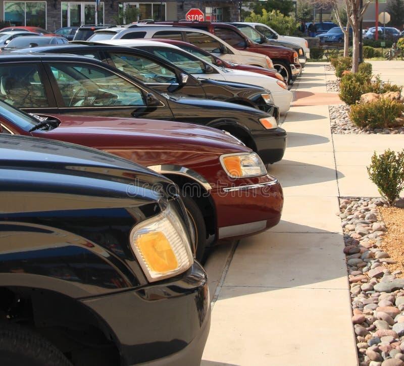 Os carros estacionaram na alameda de compra foto de stock