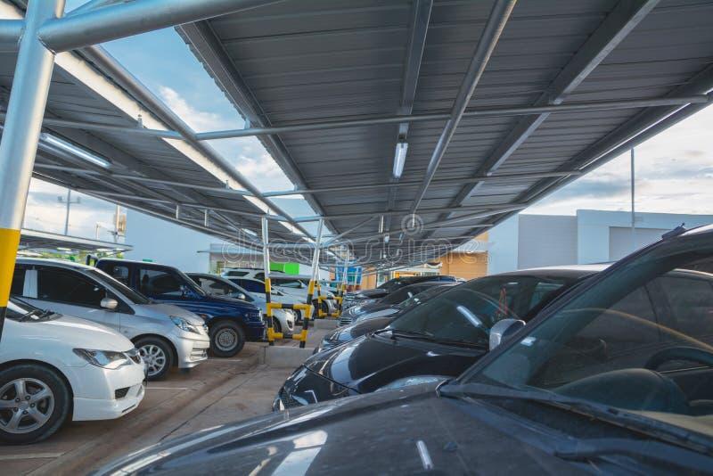 Os carros que estacionam no parque de estacionamento no dia imagens de stock royalty free