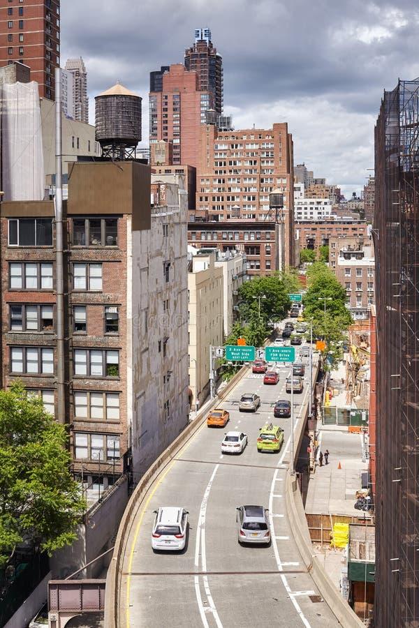 Os carros saem da ponte de Ed Koch Queensboro que entra em Manhattan fotografia de stock