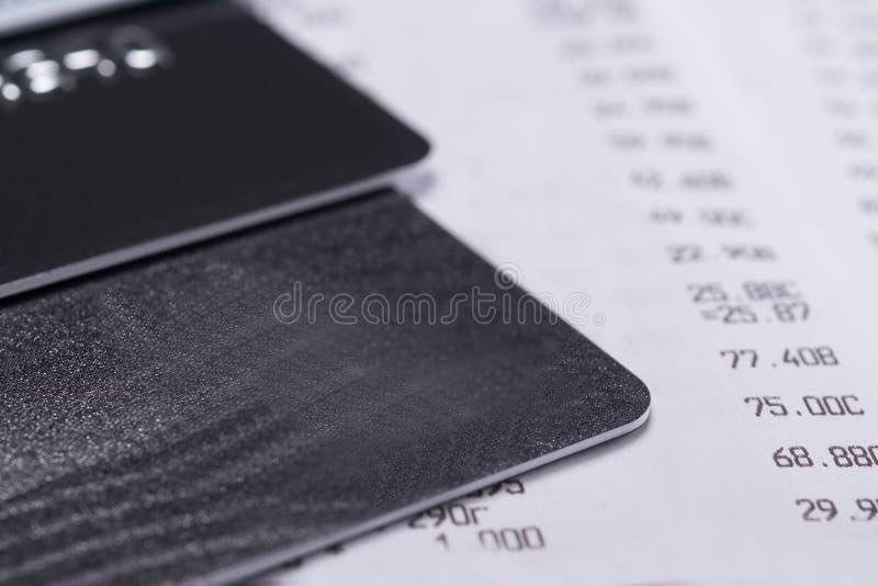 Os cartões de banco no vendas passam recibo de uma loja, close-up do fundo imagens de stock royalty free