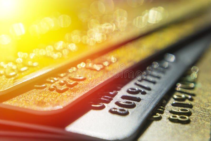 Os cartões de crédito do ouro e da platina fecham-se acima foto de stock