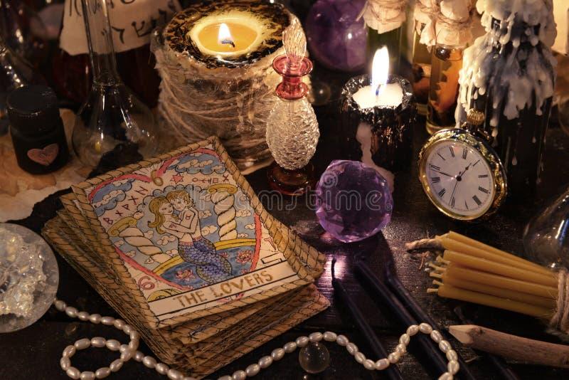 Os cartões de tarô com cristal, velas e objetos da mágica fotos de stock