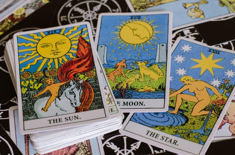 Os cartões de tarô - os bons cartões de significado são The Sun, a lua e a estrela foto de stock