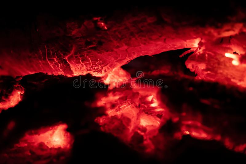 Os carvões ateiam fogo na noite fotos de stock