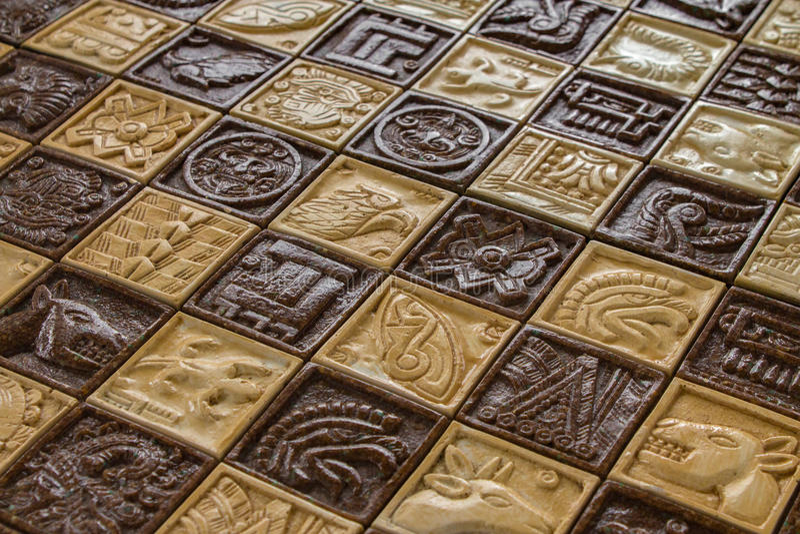 Os carvings animais maias antigos na placa de xadrez para a xadrez lutam o conceito e os cavalos e os peixes e do deus e do nativ fotografia de stock
