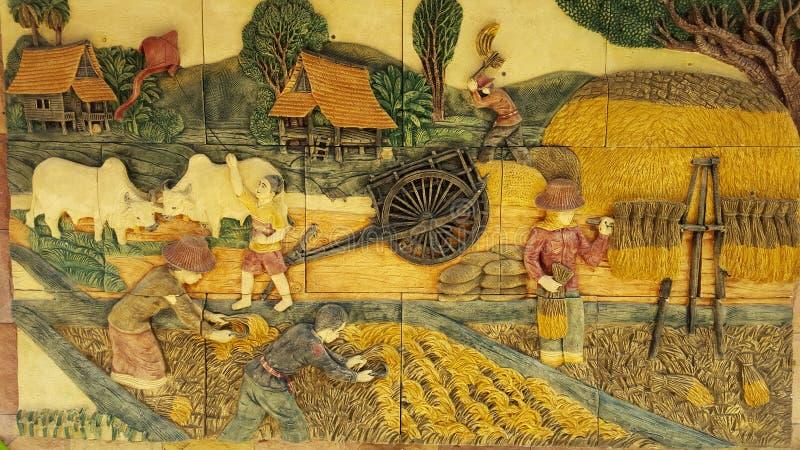 Os carvings de pedra culturais de Tailândia nas paredes são fortes, beauti fotografia de stock royalty free
