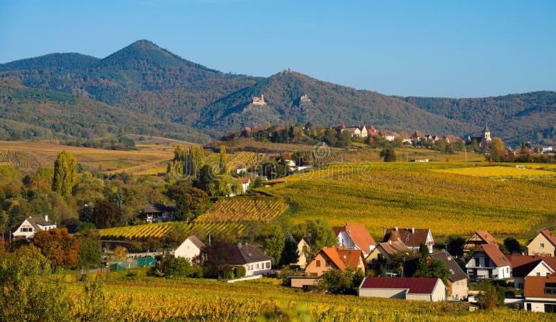 Os castelos em Alsácia em França fotos de stock royalty free