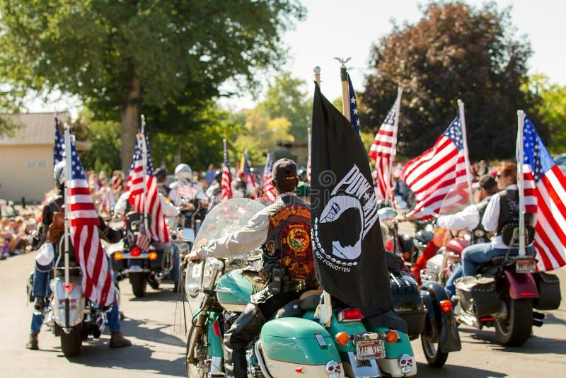 Os cavaleiros da motocicleta no quarto de julho desfilam no middleton imagem de stock