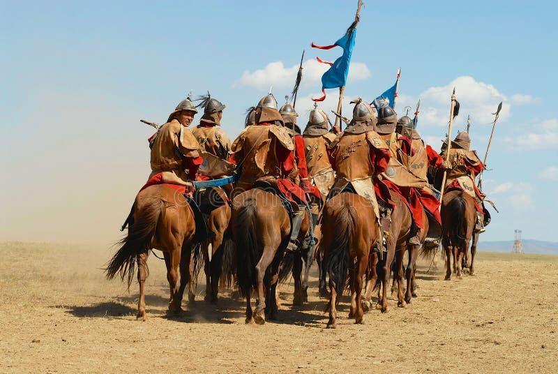 Os cavaleiros do cavalo do Mongolian participam na mostra histórica tradicional da era de Genghis Khan em Ulaanbaatar, Mongólia imagem de stock royalty free
