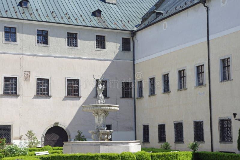 Os cervos no pátio do castelo Cerveny Kamen, Eslováquia fotos de stock