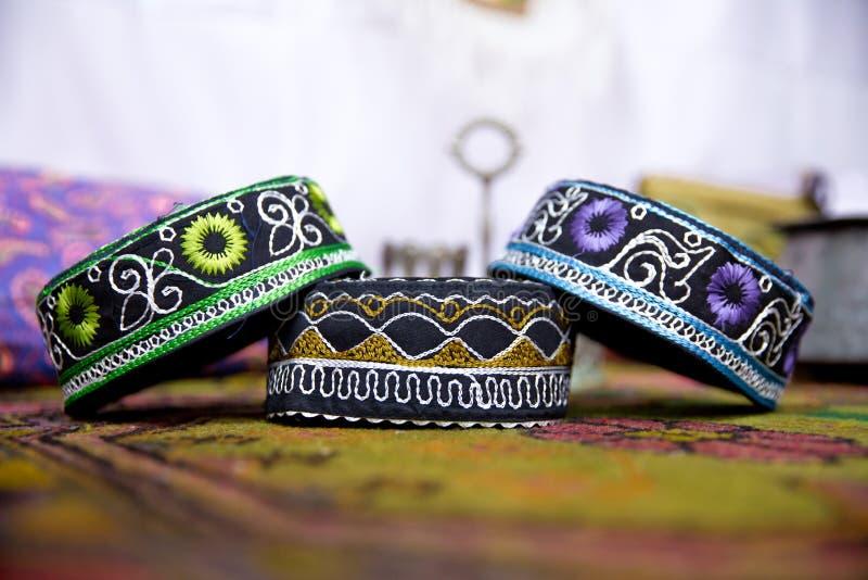Os chapéus azerbaijanos das lembranças de Tradional e a roupa feita malha venderam imagem de stock