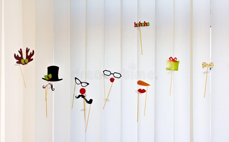 Os chapéus, os chifres e os vidros engraçados coloridos dançam nas cortinas fotos de stock