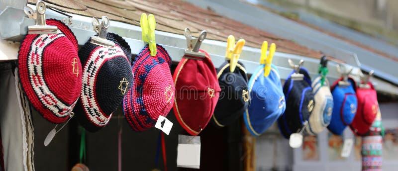 Os chapéus coloridos típicos dos judeus chamaram kippahs foto de stock