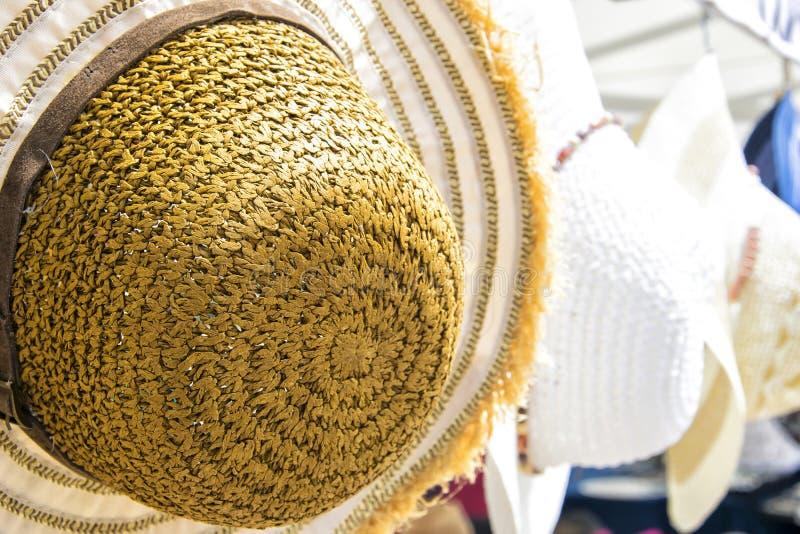 Os chapéus de palha fêmeas do verão encontram-se no mercado de rua local - verão fêmea colorido hats-2 imagem de stock