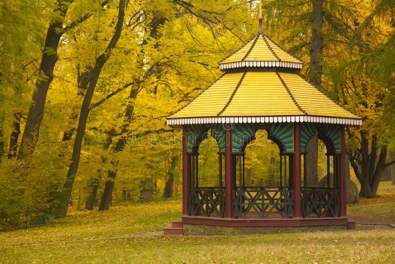 Os chineses gostam do pavilhão no parque do outono fotos de stock