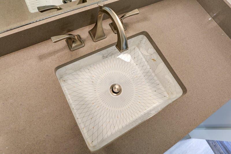 Os chineses interiores dos inchaços do banheiro moderno imprimem o dissipador do sob-contador imagens de stock royalty free
