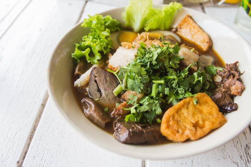 Os chineses rolam o alimento delicioso chinês da sopa de macarronete facilmente em Tailândia fotografia de stock