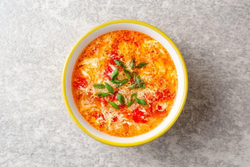 Os chineses tradicionais egg a sopa da gota com tomate e a cebola verde na bacia no fundo de pedra cinzento foto de stock royalty free