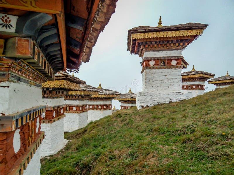 Os 108 chortens ou stupas são um memorial em honra dos soldados butaneses foto de stock