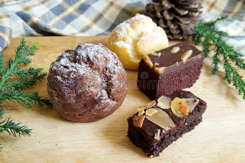 Os Choux desnatam sopros e bolos da brownie imagens de stock