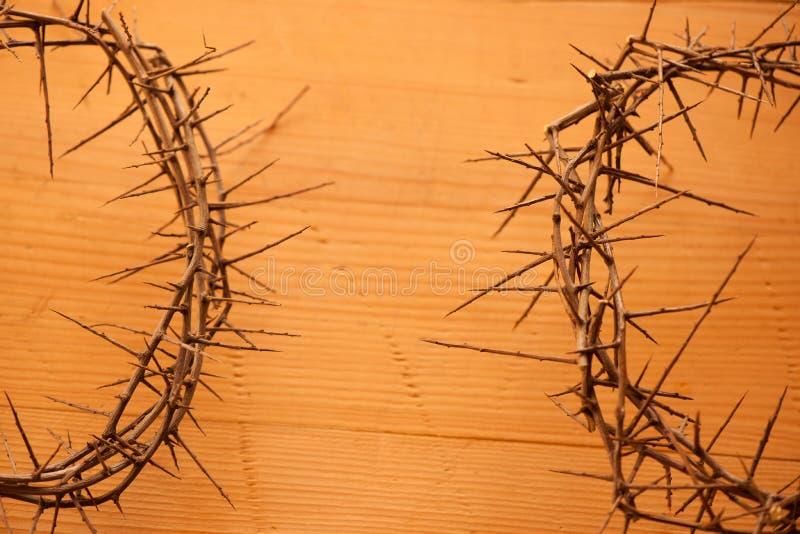 os christs coroam com os espinhos no fundo de madeira velho imagens de stock