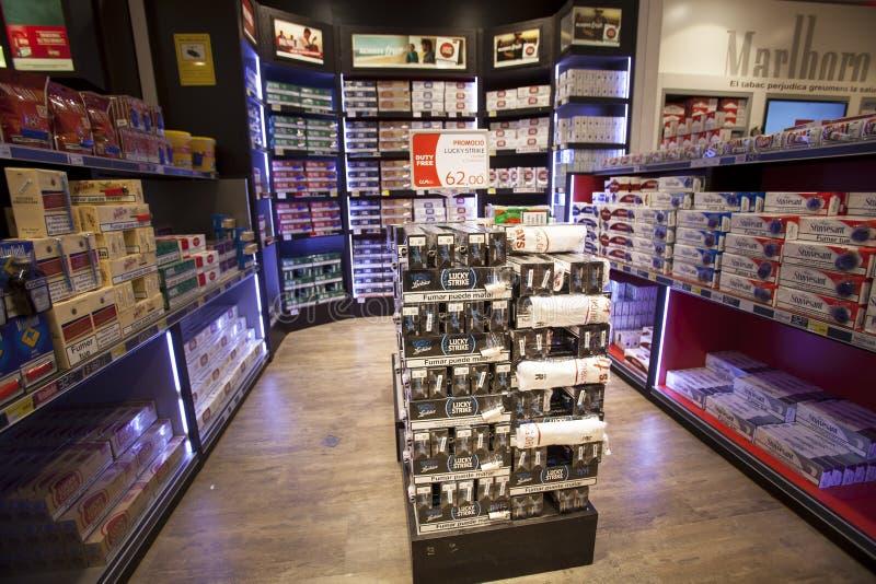 Os cigarros armazenam, loja das prateleiras imagem de stock