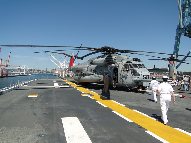 Os civis inspecionam um garanhão do mar de CH-53E foto de stock