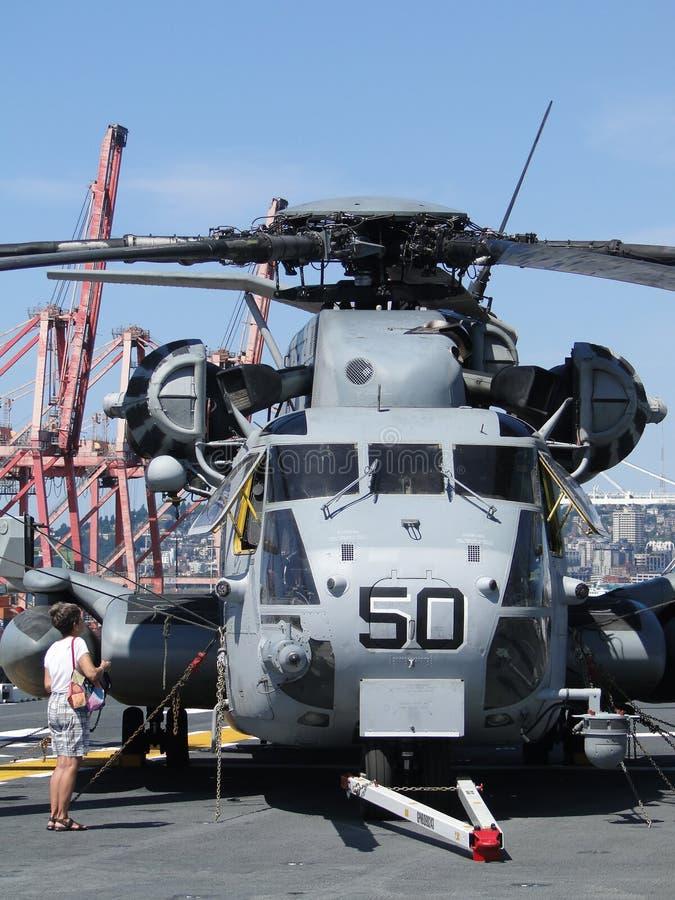 Os civis inspecionam um garanhão do mar de CH-53E imagens de stock